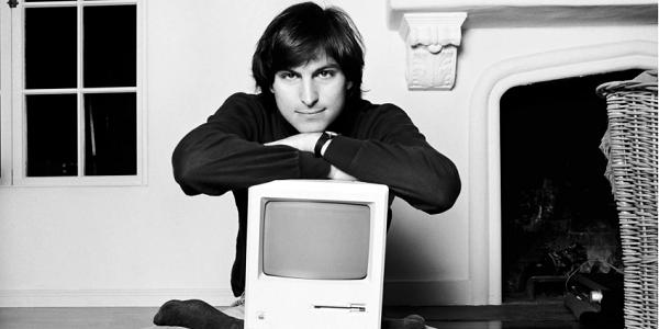 Steve Jobs devant un Mac