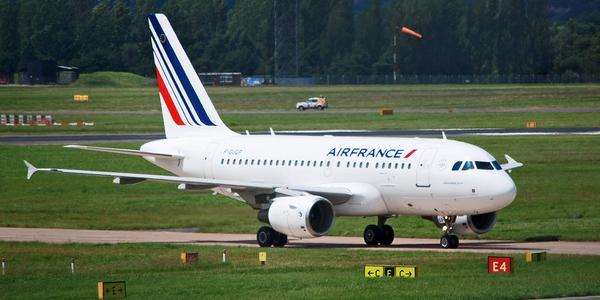 Un avion Air France sur une piste