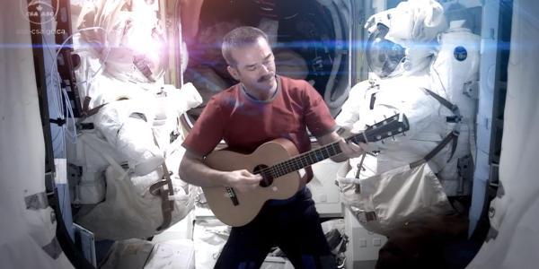 Chris Hadfield chante Space Oddity de Bowie depuis l'espace