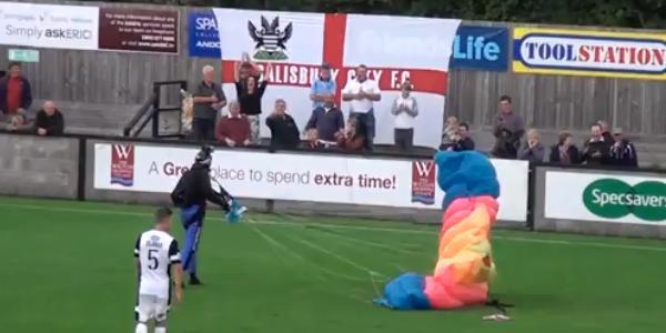 Parachutiste sur terrain de football