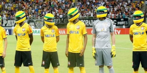 des jouerus de foot rendent hommage à Ayrton Senna
