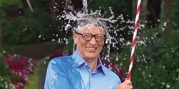 Bill Gates réalise le défi de l'Ice Bucket Challenge