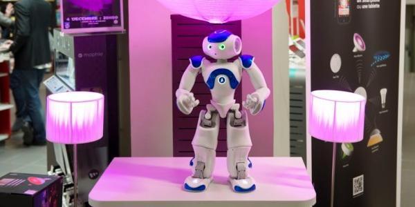 Le robot Nao chargédes relations clientèles chez Darty