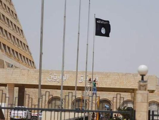 Le drapeau de Daech planté à l'entrée de l'hôtel Ninawa