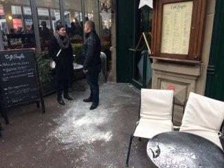 Manuel Valls attendu à Strasbourg, reçoit un sac de farine en pleine face !