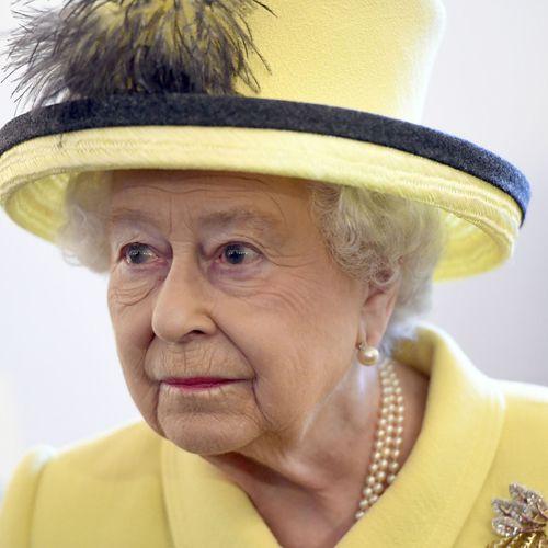 La-reine-Elisabeth-II-d-Angleterre-visite-le-Goodenough-College-a-Londres-le-1er-decembre-2016.-El_square500x500