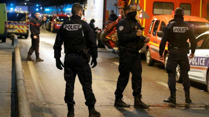 Paris, l'hommese jette contre policiers