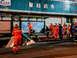 Chine: le sol s'effondre dans une rue
