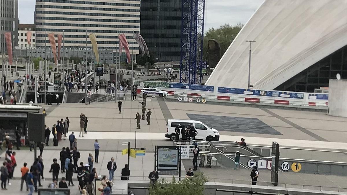 Paris, homme armé aperçu à la Défense: bloqué toute la zone