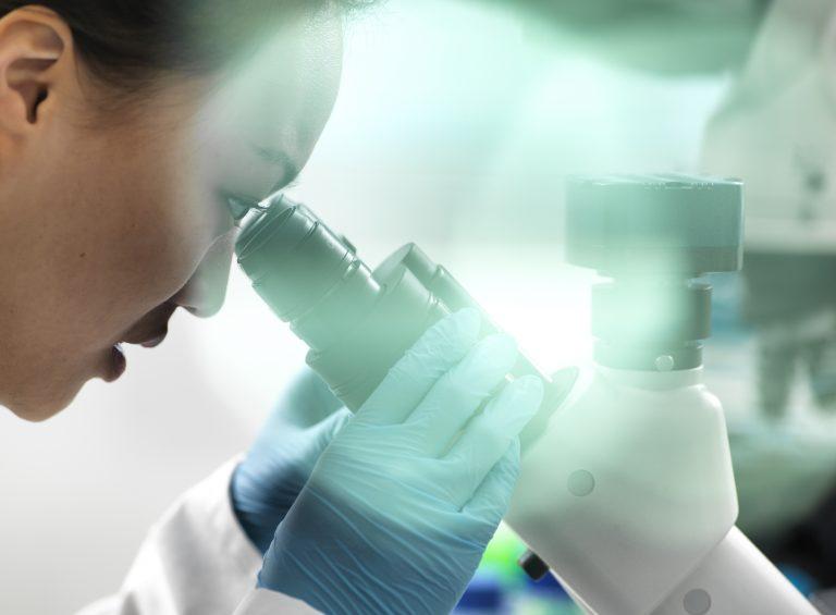 le Royaume-Uni devient le premier pays au monde à autoriser l'usage du vaccin de Pfizer et BioNTech