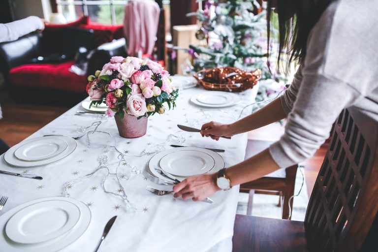 Six adultes table fêtes