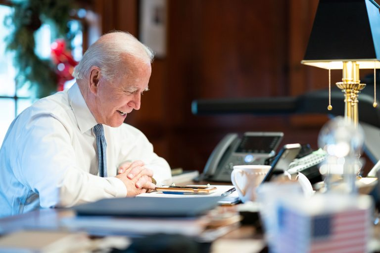 Le Congrès américain certifie officiellement la victoire de Joe Biden.