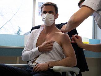 Olivier Véran reçoit une première dose de vaccin AstraZeneca