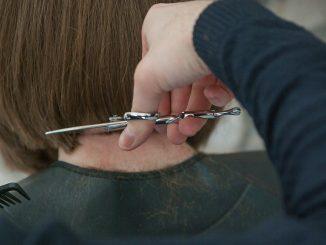 Covid 19: les coiffeurs peuvent rester ouverts dans certains départements