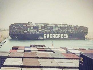 Egypte: opérations pour libérer le bateau porte-conteneurs bloqué dans le Canal de Suez