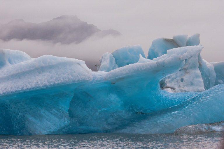 Antarctique: iceberg de la moitié Corse