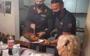 «Je suis seule, j'ai faim» : une retraitée a demandé de l'aide et deux policiers lui ont préparé le dîner