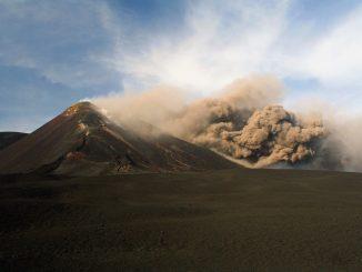 Le volcan italien Etna entre à nouveau en éruption