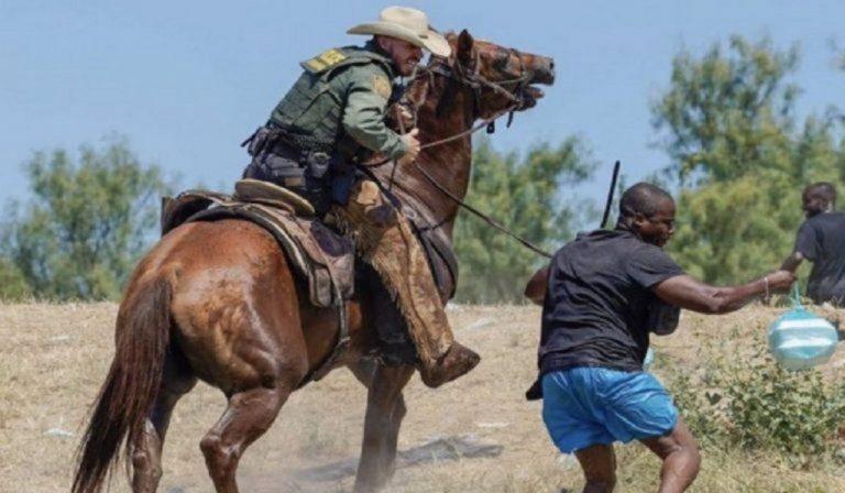 La police américaine fouette les migrants à la frontière mexicaine