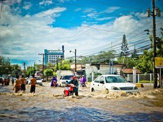 Des mariés se déplacent dans une marmite à cause des inondations