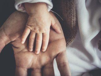 Les couples non mariés peuvent faire une adoption