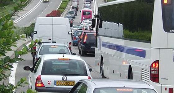 Un embouteillage sur une route