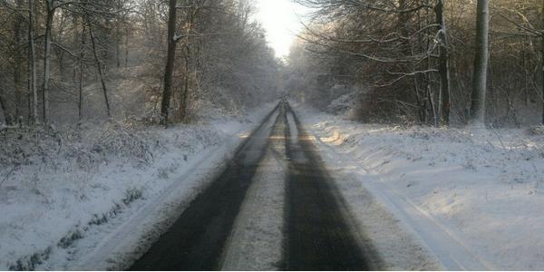 Une route de campagne enneigée